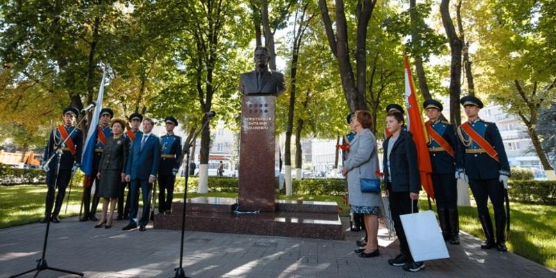 Великий земляк: вВоронеже открыли монумент политику Виталию Воротникову