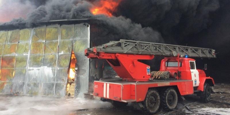 Наокраине Воронежа зажегся шинный склад