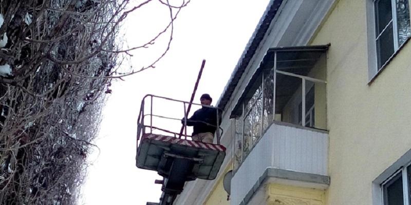 Крыши домов вВоронеже чистят отснега исосулек