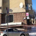 Снег башка упадет: При чистке крыши дома в Центральном районе Воронежа рабочие повредили припаркованную внизу машину